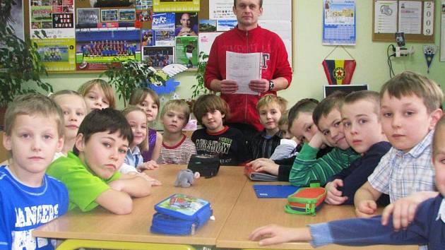 Třídní učitel Jindřich Slunečko se svými malými svěřenci ze II. B ZŠ Jiráskova