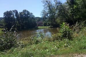 Po obci Libošovice zůstal jen rybník a přilehlý mlýn.