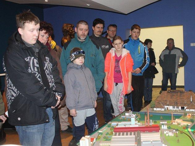 Dne otevřených dveří v Kavalierglass Sázava se zúčastnilo zhruba 250 žáků základních škol a jejich rodičů.