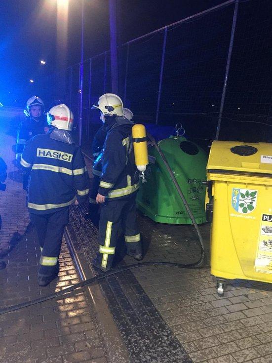 Hasiči vyjížděli do obce Březová-Oleško, kde došlo k zahoření kovového kontejneru na tříděný odpad. Požár způsobila petarda.