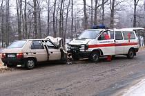 Favorit projížděl krátce po desáté hodině nepřehlednou pravotočivou zatáčku u Stržence a na namrzlé vozovce vjel do protisměru
