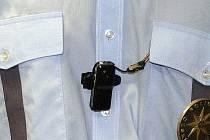 Minikameru umístěnou na uniformě využívají policisté při běžné hlídkové činnosti i při zásazích.
