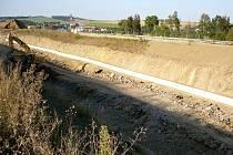Zářez Lipiny, v němž budovatelé IV. železničního koridoru budou o víkendu 3. a 4. října opět odstřelovat skálu. Kvůli tomu bude uzavřen nájezd na dálnici D3 u Mezna. V pozadí je vidět benzinové čerpadlo stojící od nájezdu jen 1,5 kilometru.