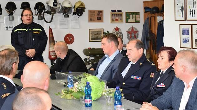 Ministr vnitra se seznámil s profesionálními i dobrovolnými hasiči z Vlašimi.