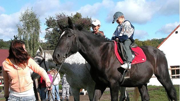 Děti si uzívaly projížďky na koních