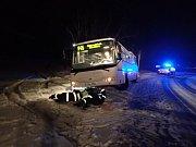 Počet výjezdů hasičů k nehodám se kvůli sněžení zečtyřnásobil.