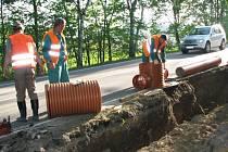 Další část budování stezky pro cyklisty i pěší mezi Týncem nad Sázavou a Bukovany mají za sebou stavbaři