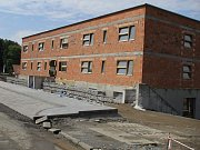 Stavba bytového domu u čerčanského nádraží se blíží ke konci.