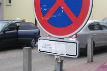 Zbytečné dopravní značky motoristé nevidí jen v Benešově. Pokud o nějakých víte, kontaktujte redakci BND