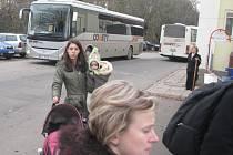 Cestující z rychlíků přestupují na náhradní dopravu a opačně i nadále v Olbramovicích. Osobní a spěšně vlaky jsou nahrazené autobusy od čtvrtečního odpoledne mezi Střezimíří a Táborem.