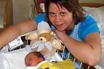 Manželé Harvanovi, Martina a Jiří z Benešova, se nemohou od 24. dubna od tři čtvrtě na dvě ráno vynadívat na svého synka Vítka, který se narodil s porodní váhou 3,06 kg a mírou 51 cm.