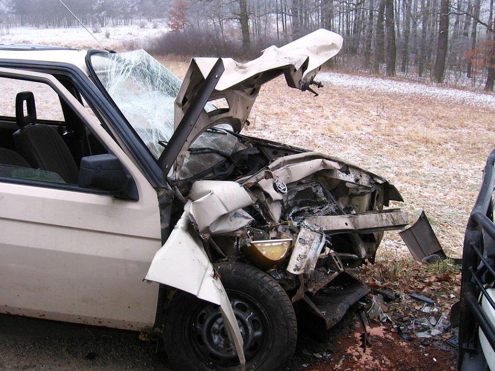 Ze zdemolovaného vozidla unikal ještě hodinu po nehodě benzín