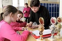 Jarmila Zeidlerová s malými pomocnicemi při zpracovávání výsledků běhu.