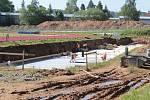 Ze stavby tribuny pro 260 diváků na benešovském atletickém stadionu, která bude uvnitř skrývat tunel s šedesátimetrovou čtyřdráhou.