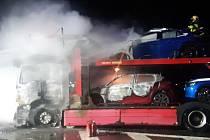 Požár nákladního vozidla na dálnici D1 u Divišova, které převáželo nová auta.