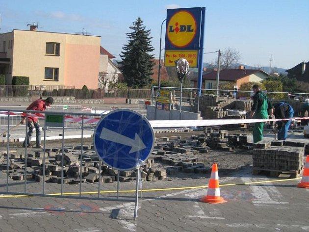 Drobných úprav se dočkalo parkoviště u nákupního domu Lidl