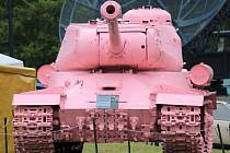 Při vstupu do VTM Lešany nelze minout růžový tank.