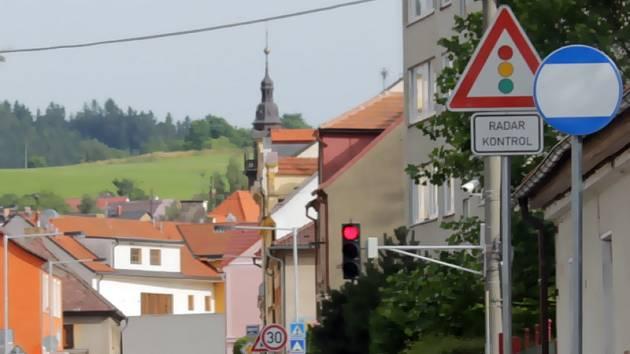Jedna z čtyř současných městských kamer sleduje a zaznamenává chování řidičů před zpomalovacím semaforem v Pražské ulici.