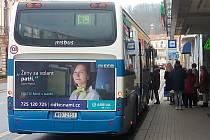 S citelným nedostatkem řidičů autobusů (pro něž by byly peníze, ale prostě není koho zaměstnat) se potýkají dopravci jak hlavním městě, tak ve středních Čechách. Změnit se to snaží různé kampaně zaměřené na nábor nových šoférů. Patří k nim i snaha nalákat