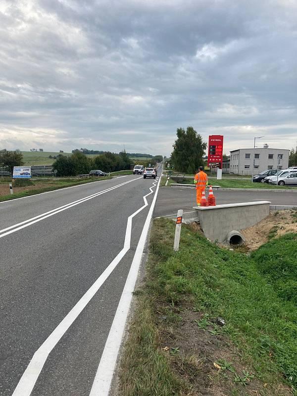 Obnovené vodorovné značení na silnici 112 na křižovatce u Struhařova.