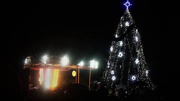 Rozsvěcení vánočního stromu na Masarykově náměstí v Benešově.