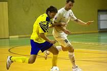 Petr Kilián z Arsenalu (ve žlutém) vstřelil Slanému druhý gól.