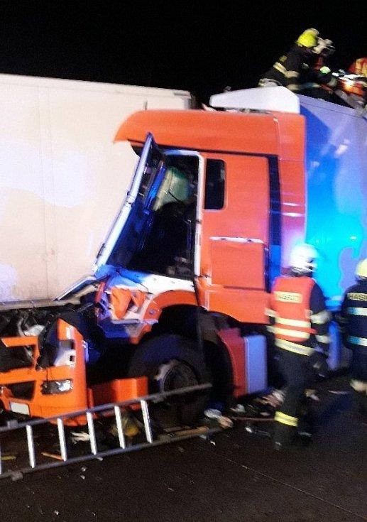 Dopravní nehoda na dálnici D1 před 73. kilometrem ve směru z Prahy do Brna v katastru obce Dunice.