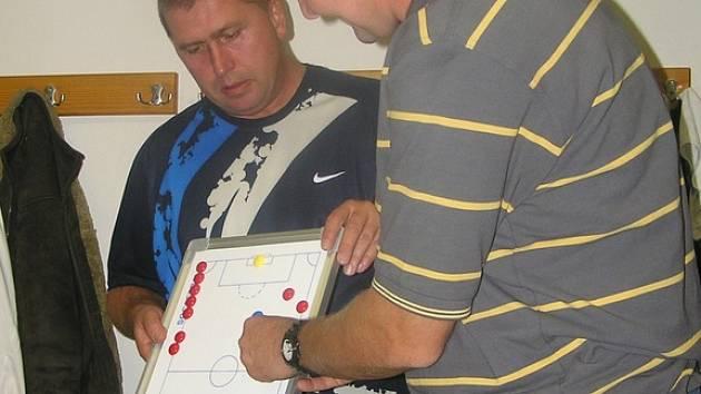 Trenér Arsenalu Otto Kovář (vpravo) vysvětluje hráčům s asistentem Ivanem Suchomelem, jak by se měli pohybovat.