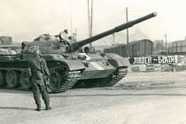 Kolona tanků v srpnu 1968 zamířila od nádraží přes železniční přejezd do Kondrace.