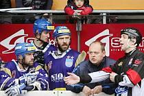 Emoce byly v semifinálových utkáních velké i u trenéra Vlašimi Václava Čičatky mladšího (druhý zprava), jenž chtěl vysvětlit od rozhodčího jeho rozhodnutí na hřišti.