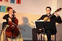 Na prvním ročníku Krhanického tónohraní vystoupila Adéla Štajnochová (housle), Alžběta Vlčková (violoncello) a Patrick Vacík (kytara).