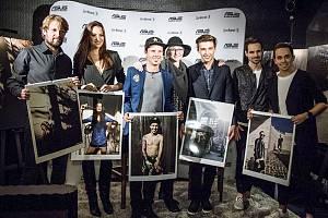 Známý český fotograf Ondřej Pýcha nafotil Libora Podmola (třetí zleva) i do kalendáře.