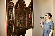 Kastelánka Kláštera Sázava Slávka Matoušová u deskového oltáře z 15. století.