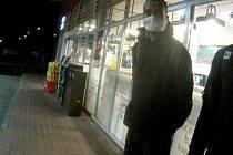 Jeden ze zadržených migrantů na benzinovém čerpadle Střechov u Trhového Štěpánova na dálnici D1.