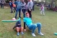 V zahradě společenského centra Týnce nad Sázavou se malí i trochu větší vydováděli na šestnácti stanovištích.