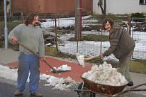 Obce využívají lidi z úřadu práce v létě na sekání trávy v zimě pak třeba na odklízení sněhu z chodníků.