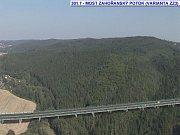Takhle má dálnice překonávat přírodní překážky v dolním Posázaví.