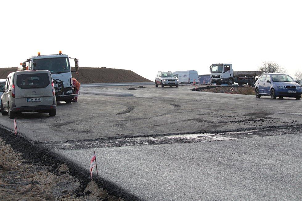 Práce na stavbě kruhové křižovatky U Topolu nedaleko Benešova.