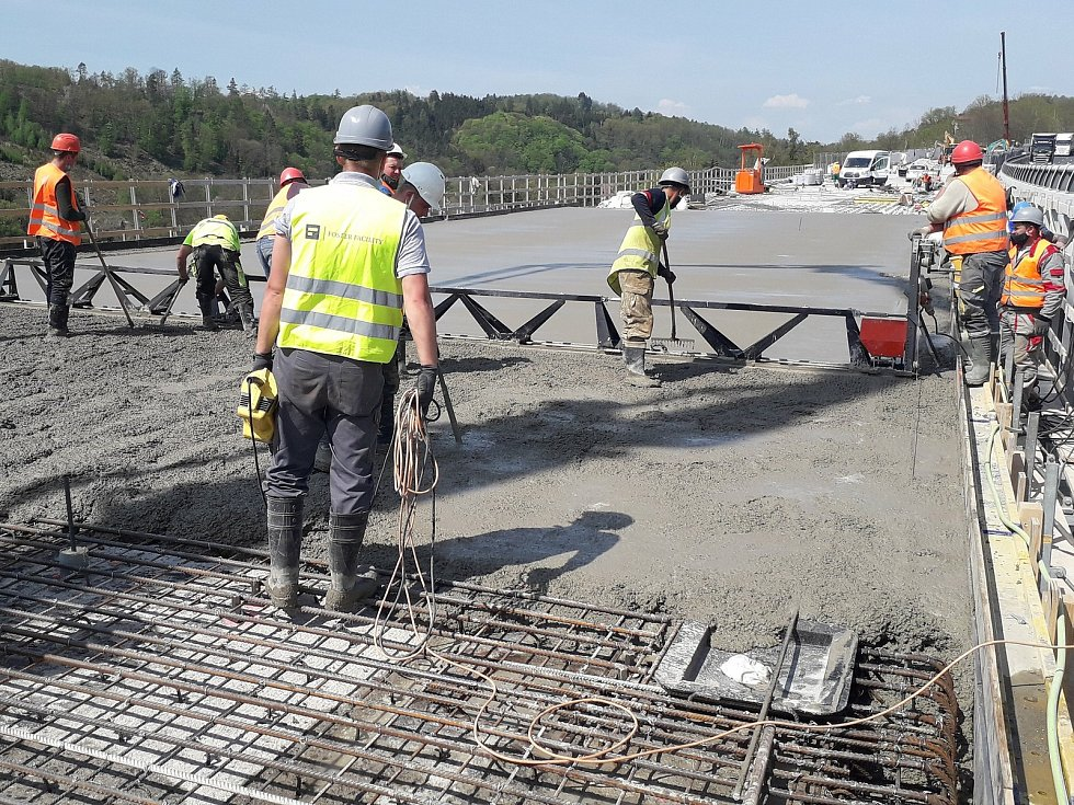 Výstavba mostu na dálnici D1 u Hvězdonic.