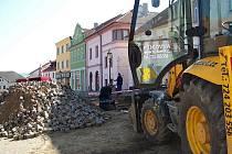 Řidiči nezaparkují nejen v Komenského ulici, ale ani na Žižkově náměstí, kde jsou stavební práce v plném proudu