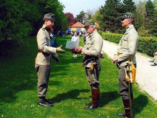 Lukáš v Brandýse nad Labem roku 2011. Na fotce společně s majorem Neulingerem a plukovním velitelem podplukovníkem Utz, LIR 2.