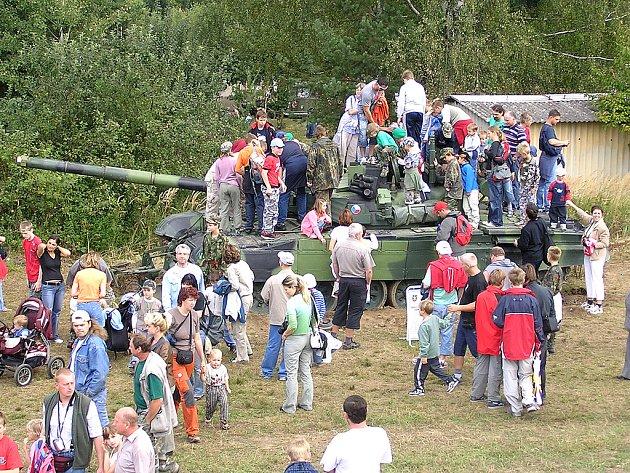"""Prohlídka tanku se stala cílem především """"malých"""" zvědavců"""