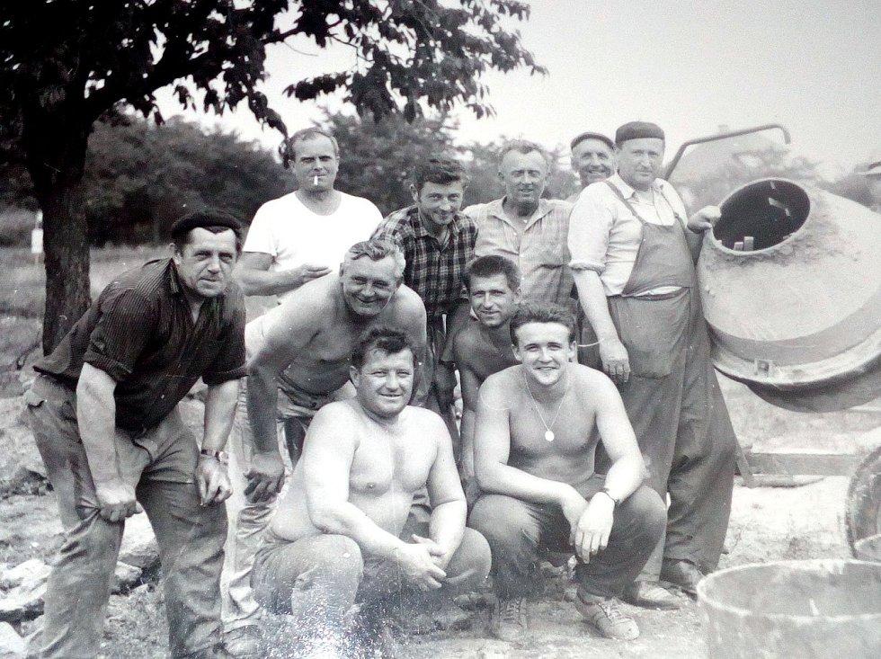 Bukovany. Fotografie party brigádníků při stavbě nové hasičské zbrojnice v polovině 70. let.  Foto: