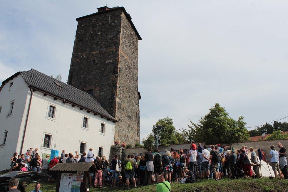 Návštěvníky Týneckého střepu trápily tentokrát přeháňky.