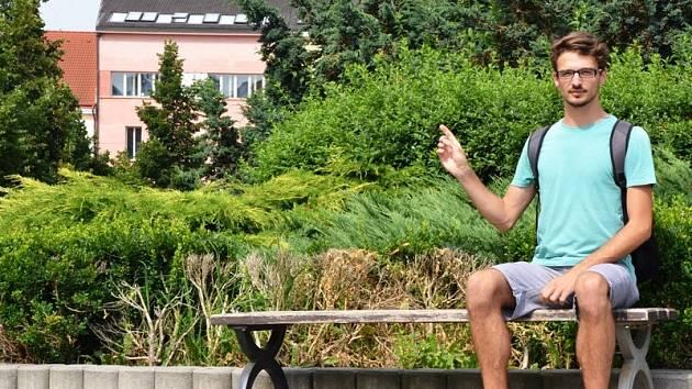 """""""Pro zeleň není nikam moc vidět, není tam přehledno, není ani kam postavit pódium,"""" hodnotí benešovské Masarykovo náměstí Luboš Klabík."""