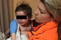 Opařené dítě v náručí záchranářky. Ilustrační foto.