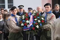 Při pietě k 30. výročí sametové revoluce v Benešově položili věnec u pomníku padlým ve světových válkách v parku u gymnázia také skauti.