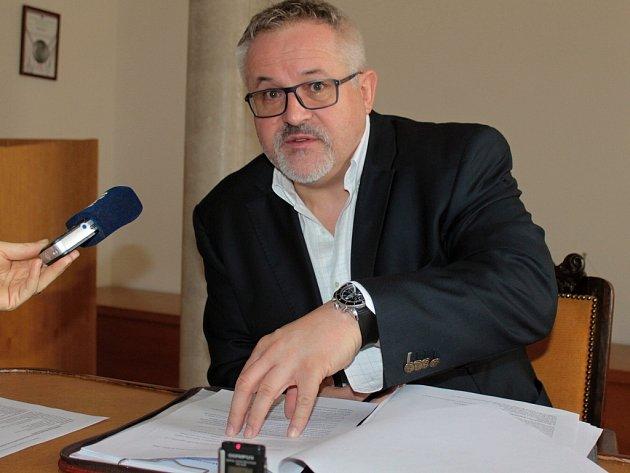 Petr Hostek při prvním setkání s novináři v roli starosty Benešova.