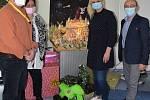 Z předání 'krajských' vánočních dárků v Dětském centru v Choceradech.