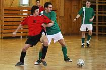 Martin Semerád z Devils United v souboji o míč s chotýšanským Michalem Tůmou